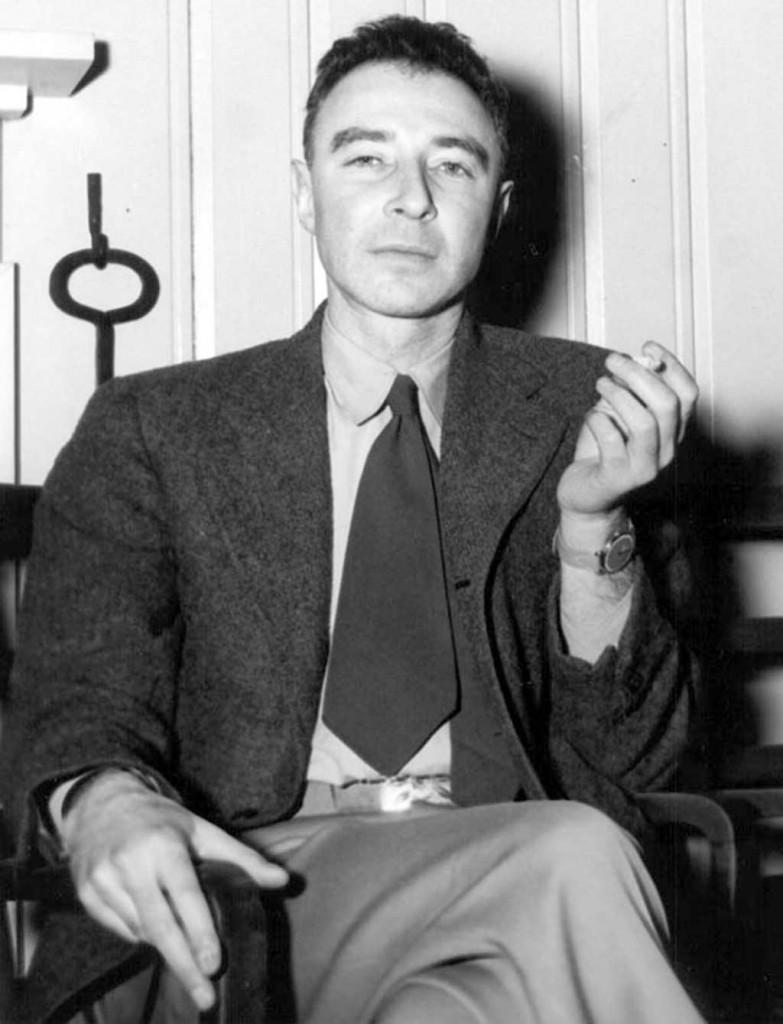 Fig. 3. Robert Oppenheimer på visitt i Oak Ridge 14. februar 1946. Man aner misfarging av nikotin på høyre peke- og langfinger.