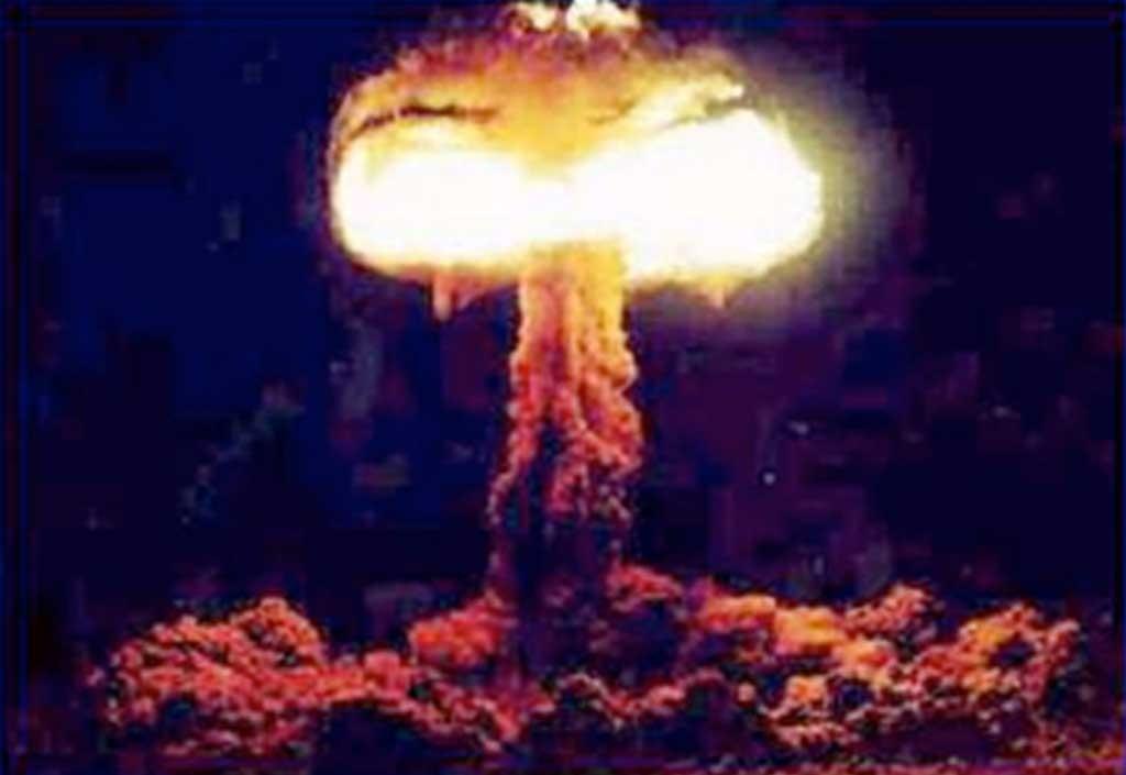 Sprengning av den første atombombe ved  Alamogordo, New Mexico, 16. juli 1945.