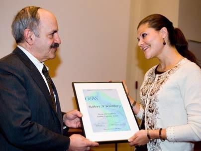 Bilde 3: Dr Robert Weinberg mottar pris for sin forskning av kronprinsesse Victoria.