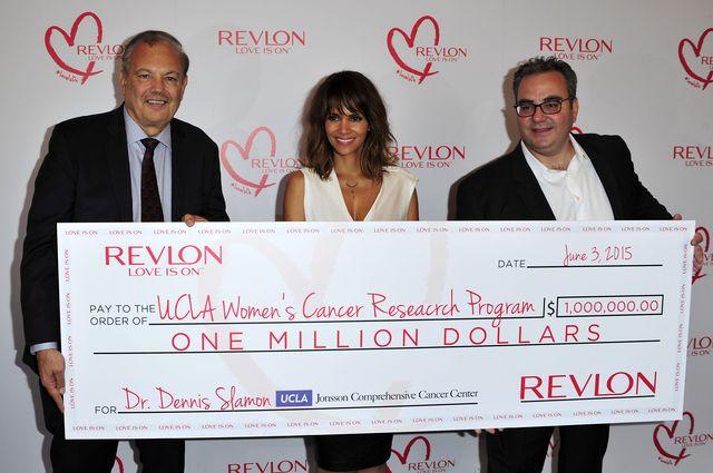 Bilde 4: UCLA/Womans Cancer Research program er fremdeles aktivt: Dr Dennis Slamon til venstre, skuespiller Halle Berry i midten.