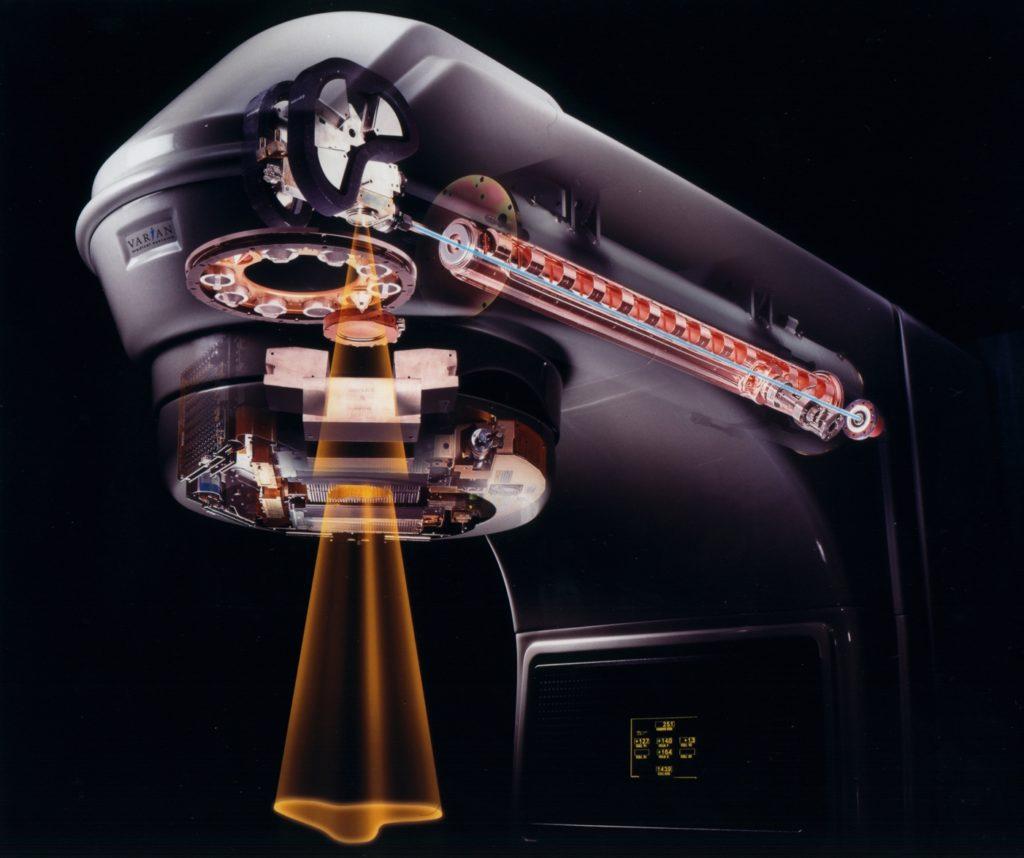 Figur 6: «Gantry» på en lineærakselerator med vandrebølgerør for akselerasjon av elektroner. Elektronene kan enten taes ut direkte eller bremses i et target for dannelse av røntgenstråling («bremsstrahlung»)