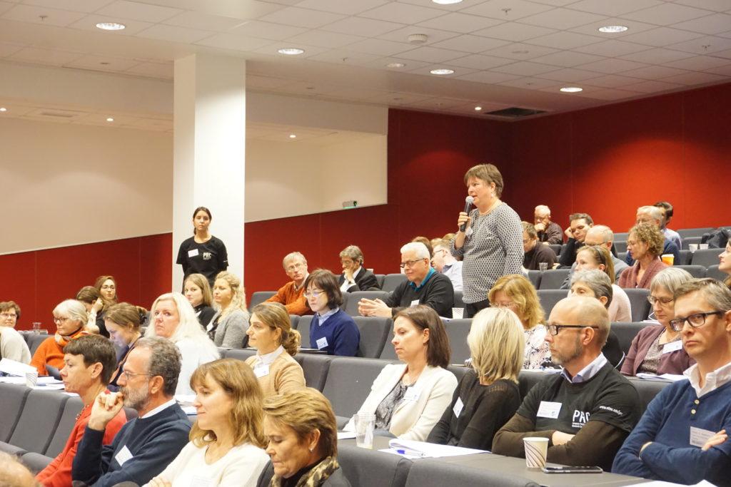 Diskusjon i auditoriet. Første rad fra venstre: Nina Aas, professor ved OUS. Til hennes høyre: Augusto Caraceni, en av to co-directors i PRC.