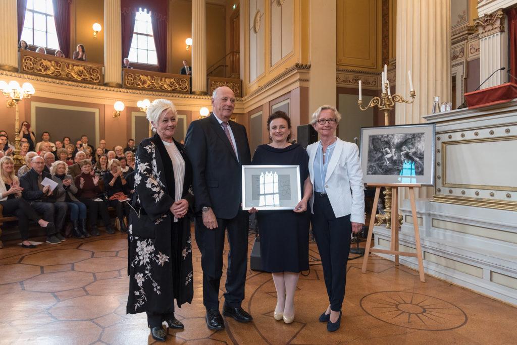 Vessela Kristensen mottar Kong Olav Vs Kreftforskningsprisen. Foto: Jorunn Valle Nilsen