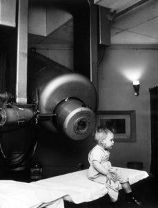 Bilde 5: Ung pasient som ble behandlet (retinoblastom) med den nye Linac`en ved Stanford University på midten av 50-tallet