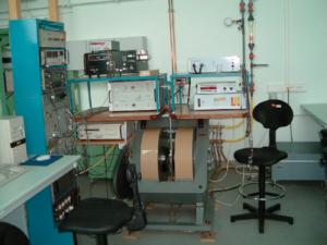 Figur 4: ESR spektrometer. Prøven anbringes sentralt i elektromagneten midt i bildet hvor mikrobølger ledes inn via en bølgeleder (Wikipedia).