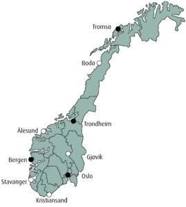 Figur 1: Byer i Norge med stråleterapisenter. Byer med hvite punkter markerer nye sentra som ble etablerte etter Norsk Kreftplan (1997). Antall linacer ved hver senter per 2010 er indikert i parentes: Tromsø (4), Bodø (1), Trondheim (4), Ålesund (2), Bergen (5), Stavanger (2), Kristiansand (2), Oslo (17) og Gjøvik (2).